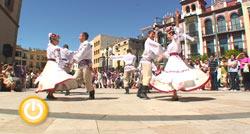Miguel Celdrán recibe a varios de los paises participantes del Festival Internacional de Folklore de Extremadura
