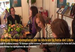 María Dueñas firma ejemplares de su obra en la Feria del Libro