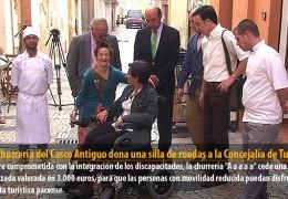 Una churrería del Casco Antiguo dona una silla de ruedas a la Concejalía de Turismo