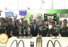 El alcalde asiste a la inauguración de un nuevo McDonald's en la ciudad