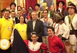El alcalde recibe a los participantes en el Festival Internacional de Folklore