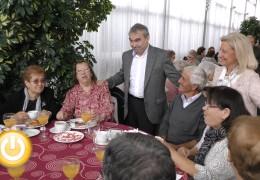 El alcalde asiste al tradicional desayuno navideño con los mayores