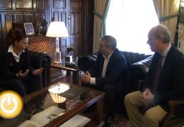 El alcalde recibe a la jugadora de rugby María Ribera