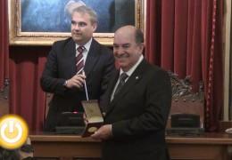 Fernando Bermejo recibe la medalla al mérito del servicio de bomberos