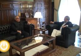 El alcalde despide al arzobispo de Mérida-Badajoz