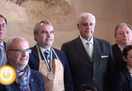 El alcalde recibe la medalla de la Academia de la Gastronomía Extremeña