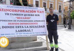 Cabezas muestra su apoyo al exempleado municipal que protesta a la puerta del Consistorio