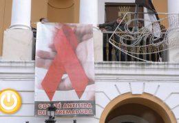 Un gran lazo rojo preside la fachada del Ayuntamiento