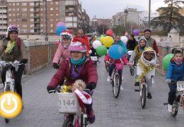 Medio millar de ciclistas y patinadores abren camino a los Reyes Magos