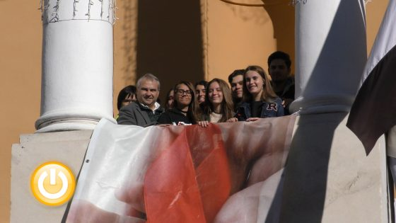 Un lazo rojo en el balcón del consistorio recuerda hoy a los enfermos de sida