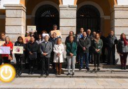 Minuto de silencio en Badajoz por la última víctima de violencia machista y por el pequeño Gabriel