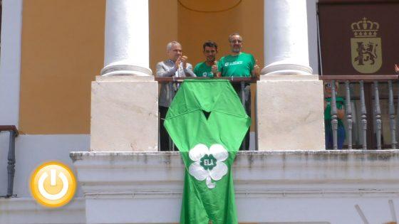 El balcón del Ayuntamiento luce el lazo con el que la ciudad se suma al Día Mundial  de la ELA