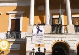 Colocado en el balcón del Ayuntamiento el lazo morado contra la violencia de género