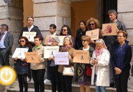 Minuto de silencio por la mujer asesinada en Olot