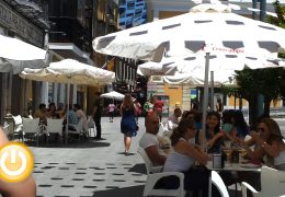 El Ayuntamiento estudia ampliar los espacios de veladores para apoyar al sector