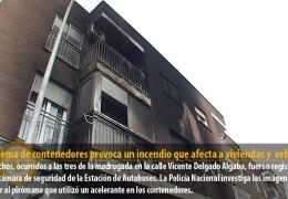 La quema de contenedores provoca un incendio que afecta a viviendas y varios vehículos