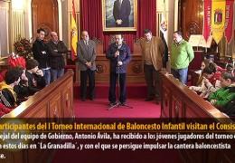 Los participantes del I Torneo Internacional de Baloncesto Infantil visitan el Consistorio