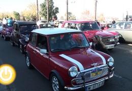 Vehículos clásicos y policía de los años 50 en una jornada solidaria