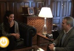 El alcalde recibe a la triatleta Miriam Casillas