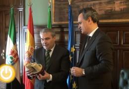El alcalde recibe al embajador de Portugal en España