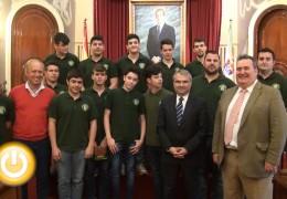 El alcalde recibe a los campeones de Extremadura de balonmano