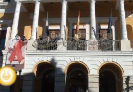 El balcón del Ayuntamiento luce un lazo rojo para conmemorar el Día Mundial contra el SIDA