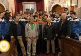 El alcalde recibe a los equipos participantes en el XII Torneo Internacional Baloncesto Juvenil