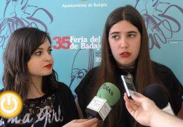 Dos jóvenes que reparten 'Besos entre líneas'
