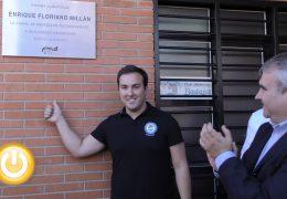 Enrique Floriano descubrió la placa que da su nombre a la piscina climatizada de La Granadilla