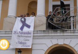 El Ayuntamiento de Badajoz luce en su fachada un lazo morado contra la violencia de género