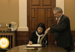 El alcalde recibía ayer a la Embajadora de Thailandia