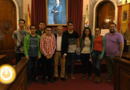 El alcalde recibe a alumnos del centro de formación profesional especial Extrema Dorii