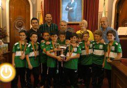 El alcalde recibe a la selección extremeña benjamín de fútbol sala