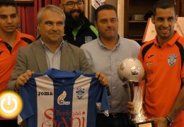 El alcalde recibe a los jugadores del Cerro de Reyes
