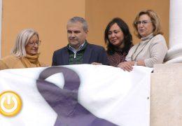 Un gran lazo violeta en Badajoz contra la violencia de género