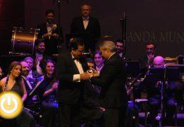Emilio González Barroso recibió ayer la Medalla de la Ciudad concedida a la Banda