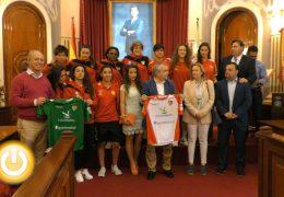 El alcalde recibe al equipo femenino Santa Teresa Club Deportivo