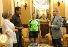 El alcalde recibe a la palista Elena Ayuso