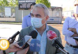 Visita del alcalde de Badajoz al punto de recarga para vehículos eléctricos