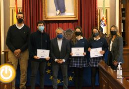 El alcalde recibe a los alumnos del colegio FEC Sagrada Familia Badajoz